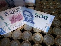 o crescimento econ?mico e a troca, empilharam moedas de dez pesos mexicanos e c?dulas de 500 pesos fotografia de stock royalty free