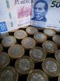 o crescimento econ?mico e a troca, empilharam moedas de dez pesos mexicanos e c?dulas de 500 pesos imagem de stock