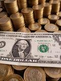 o crescimento econ?mico e a troca, empilharam moedas de dez pesos mexicanos e notas de d?lar do americano um imagens de stock royalty free