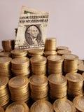o crescimento econ?mico e a troca, empilharam moedas de dez pesos mexicanos e notas de d?lar do americano um imagens de stock
