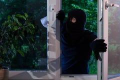 O criminoso rouba a casa imagens de stock