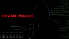 O criminoso virtual instalou o spyware no smartphone, ataque ilegal na privacidade fotografia de stock
