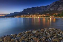 O croata famoso riviera na noite, Makarska, Croácia Fotos de Stock Royalty Free