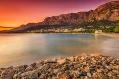 O croata famoso riviera no por do sol, Makarska, Dalmácia, Croácia Imagens de Stock