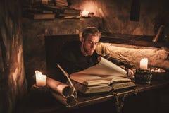 O cronista da monge escreve um manuscrito antigo Fotografia de Stock Royalty Free