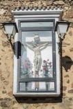 O crucifixo cristão está encerrado e unido fora à parede foto de stock