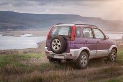 O cruzamento, carro de SUV em montanhas bonitas ajardina Curso fora de estrada Fotos de Stock
