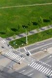 O cruzamento da faixa de travessia e da bicicleta alinha na estrada transversaa vazia, tecnologia driverless imagem de stock