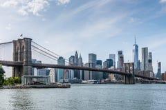 O cruzamento da ponte de Brooklyn de seu parque a Manhattan fotografia de stock