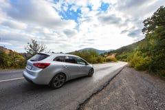 O cruzamento monta a estrada em uma área montanhosa Imagens de Stock Royalty Free