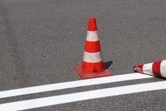 O cruzamento pedestre cruz-decorado com o vermelho ainda não secado Limitação do tráfego por sinais de estrada Estrada da atualiz Fotografia de Stock Royalty Free