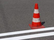 O cruzamento pedestre cruz-decorado com o vermelho ainda não secado Limitação do tráfego por sinais de estrada Estrada da atualiz Imagem de Stock