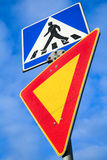 O cruzamento pedestre e leva Dois sinais de estrada Imagens de Stock