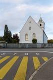 O cruzamento pedestre e a parada assinam em uma rua Fotografia de Stock Royalty Free