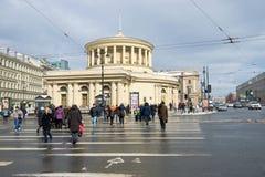 O cruzamento pedestre a uma entrada da estação de metro do ` do quadrado de Vosstaniya do ` na avenida de Nevsky no afternoSaint  foto de stock