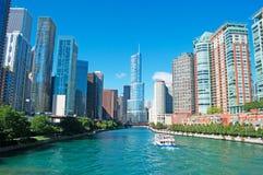 O cruzeiro do canal no Chicago River com construções e skyline dos arranha-céus e o trunfo elevam-se Imagem de Stock Royalty Free