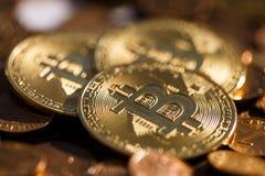 O cryptocurrency de Bitcoin de algumas moedas de ouro encontra-se na montanha de outras moedas fotografia de stock royalty free