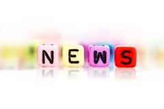 o cubo colorido da palavra da notícia no fundo branco Fotos de Stock Royalty Free