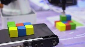 O cubo colorido objeta a operação robótico do dispositivo vídeos de arquivo