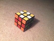 O cubo de Rubik no teste padrão do tabuleiro de damas Foto de Stock