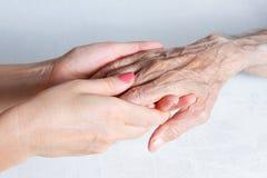 O cuidado é em casa das pessoas idosas Imagens de Stock
