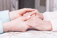 O cuidado é em casa das pessoas idosas Espaço para o texto Mulher superior com seu cuidador em casa Conceito dos cuidados médicos fotografia de stock royalty free