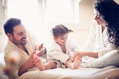 O cuidado após o banho é importante Pais felizes imagens de stock royalty free