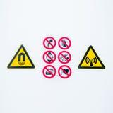 O cuidado de advertência isolado assina na entrada ao lightbox radioativo controlado da área no hospital fotos de stock royalty free