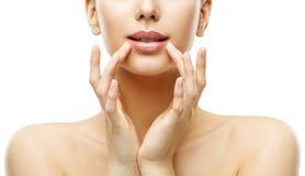 O cuidado dos bordos da mulher e a beleza da cara compõem, Touching Lips modelo imagens de stock royalty free