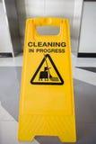 O cuidado em andamento de limpeza assina dentro o escritório Fotografia de Stock Royalty Free