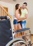O cuidador ajuda a menina deficiente a ambulate sem ch inválido Fotografia de Stock Royalty Free