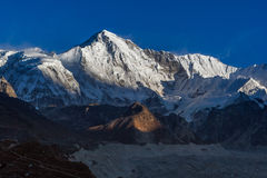 O cume da montanha de Cho Oyu iluminou-se acima pelas luzes do sol Foto de Stock Royalty Free