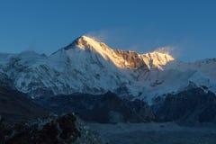 O cume da montanha de Cho Oyu iluminou-se acima pelo por do sol Imagem de Stock Royalty Free