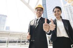 O cumprimento dos trabalhos de equipa, empresários mostra o polegar ao elogio e foto de stock royalty free