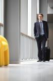 O curso do homem de negócios com trole olha acima Imagens de Stock Royalty Free