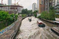 O curso pela lancha é uma grande maneira de reduzir o tempo em cidades grandes Especialmente Banguecoque foto de stock
