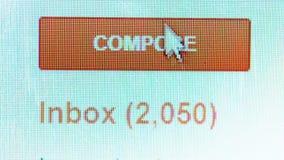 O cursor do rato que clica o email compõe o botão vídeos de arquivo