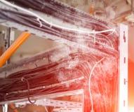 O curto-circuito da fiação, a fiação de fios elétricos derrete e fuma, fogo e fumo, asseguração, close up imagens de stock royalty free