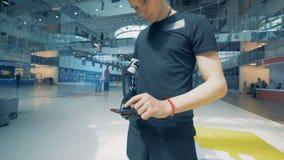 O cyborg humano com uma prótese da mão usa o smartphone