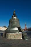 O czar Bell no Kremlin de Moscou, é moldado na jarda do canhão em 1 Foto de Stock
