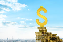 O dólar do ouro canta na pilha das moedas Imagem de Stock