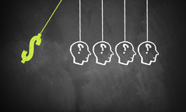 O dólar-símbolo tirado em um quadro com uma ideia ajusta a reação em cadeia no movimento Imagem de Stock Royalty Free