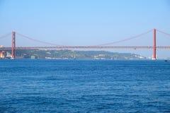 25o da ponte de suspensão de April Bridge sobre o rio Tejo em Lisboa Imagem de Stock