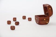 O dado de madeira com de madeira pequeno corta no fundo branco Fotos de Stock Royalty Free