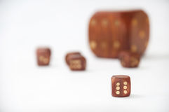 O dado de madeira com de madeira pequeno corta no fundo branco Imagem de Stock Royalty Free