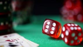 O dado vermelho, casino lasca-se, cartões no feltro do verde Foto de Stock