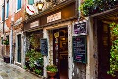 O dalla Maria de Osteria Alba Nova, uma família pequena possuiu o restaurante em Veneza, Itália foto de stock royalty free