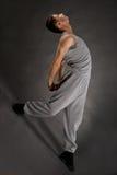 O dançarino à moda bonito no sweatsuit da dança mostra Imagens de Stock Royalty Free