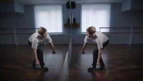 O dançarino, antes do desempenho, simula uma batalha do hip-hop da dança Movimento profissional da dança no salão de baile espaço filme