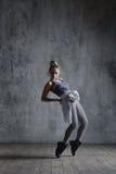 O dançarino bonito novo está levantando no estúdio fotografia de stock royalty free